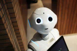 Le robot Paper tenant un iPad.